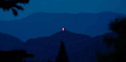 Herz Jesu Feuer in Form eines Kreuzes auf der Leuchtenburg über dem Kalterer See