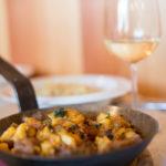 Bauerngröstl in der Pfanne: Rindsfleisch und Kartoffeln