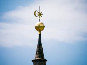Kirchturmspitze Pfarrkirche Tramin mit Tramienr Wappen