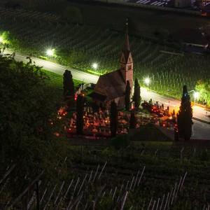 Giggerblick: Blick auf den Traminer Friedhof bei Nacht