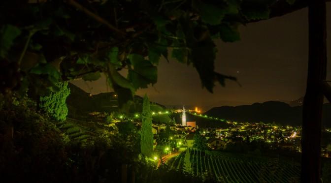 Unter den Weinbergen mit Blick auf Tramin bei Nacht.
