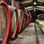 Weinfässer in einem Girlaner Keller
